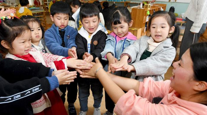 چین میں بچوں پر اسکول کے ہوم ورک کا دباؤ کم کرنے کا قانون منظور
